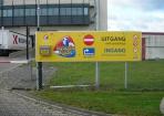 Kraats Kaas reclamebord montage op hek