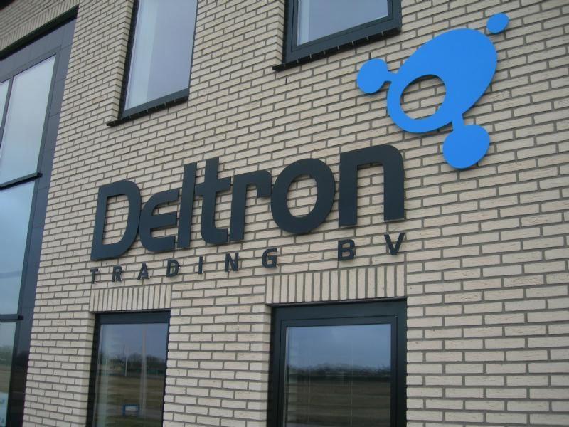 Deltron letters op afstandhouders