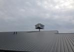 Reclame op de nok van het dak monteren